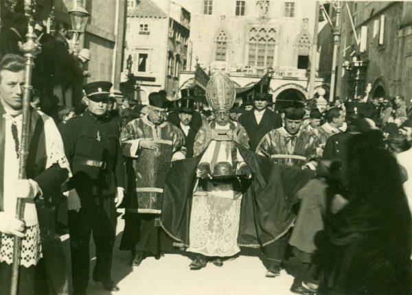 Biskup Josip Carević u procesiji za sv. Vlaha, vjerojatno 1931. ili 1932. godina (Državni arhiv u Dubrovniku, Ostavština Ernesta Katića)