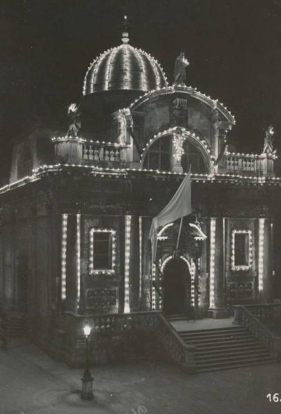 Zborna crkva sv. Vlaha osvijetljena za Festu, vjerojatno 1931. godina, fotograf Josip Berner (Državni arhiv u Dubrovniku, Ostavština Ernesta katića)