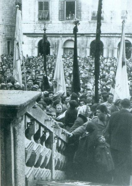 """Procesija na Festi sv. Vlaha 1966. godine. (fotografija preuzeta iz knjige Tomislava Macana """"Vlasićki zapisi"""", Dubrovnik, 1996.)"""